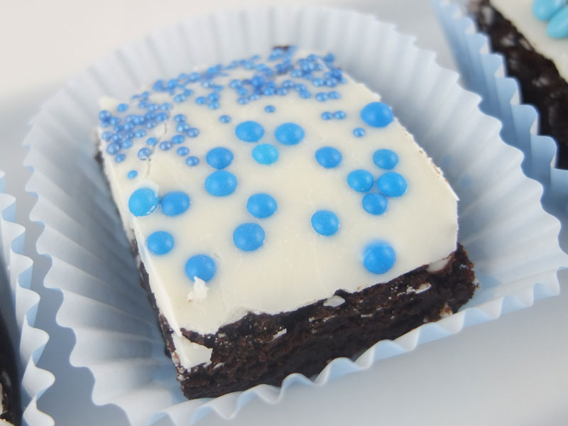 Brownies-made-with-a-heart-topped-with-perils-(3)